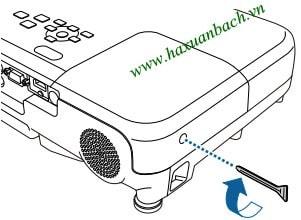 Lắp nắp đèn máy chiếu Epson EB-965H và thắt chặt ốc vít.