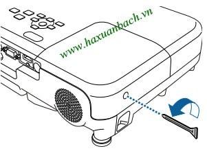 Sử dụng tua vít để nới lỏng vít bảo vệ nắp đèn EB-U32