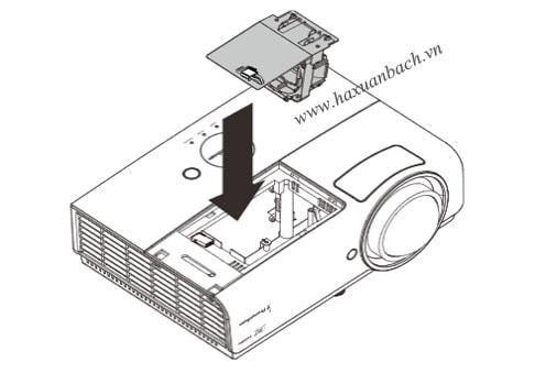 m lấy tay cầm bóng đèn và kéo thẳng nó ra khỏi máy chiếu PRM45
